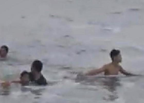 Nusabali.com - nyaris-tewas-remaja-banjarangkan-digulung-ombak-pantai-tegal-besar