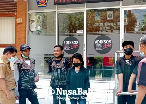 Nusabali.com - 4-remaja-gelandangan-dipulangkan-ke-jawa-timur
