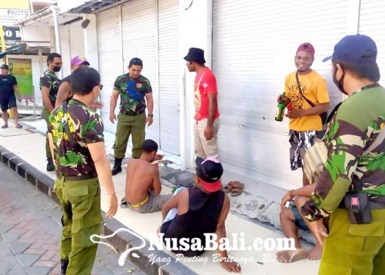 Nusabali.com - tenggak-miras-di-trotoar-sekelompok-pemuda-ditertibkan-petugas