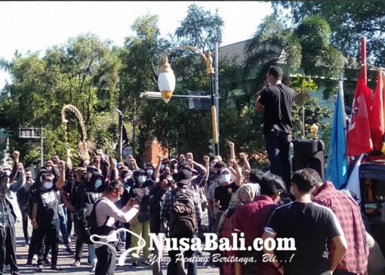 Nusabali.com - aksi-dibatasi-mahasiswa-protes-polisi