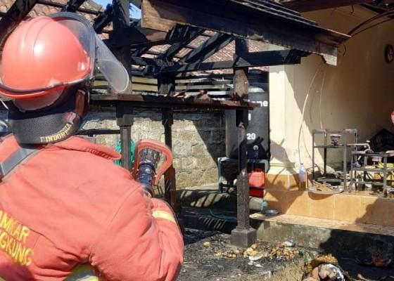 Nusabali.com - bale-panggungan-pura-arya-kubon-tubuh-terbakar