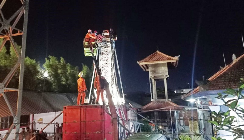 www.nusabali.com-terjepit-tower-yang-dibongkar-tangan-nyaris-putus