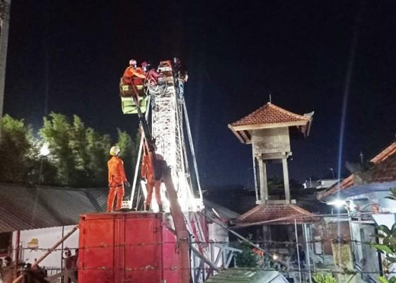 Nusabali.com - terjepit-tower-yang-dibongkar-tangan-nyaris-putus