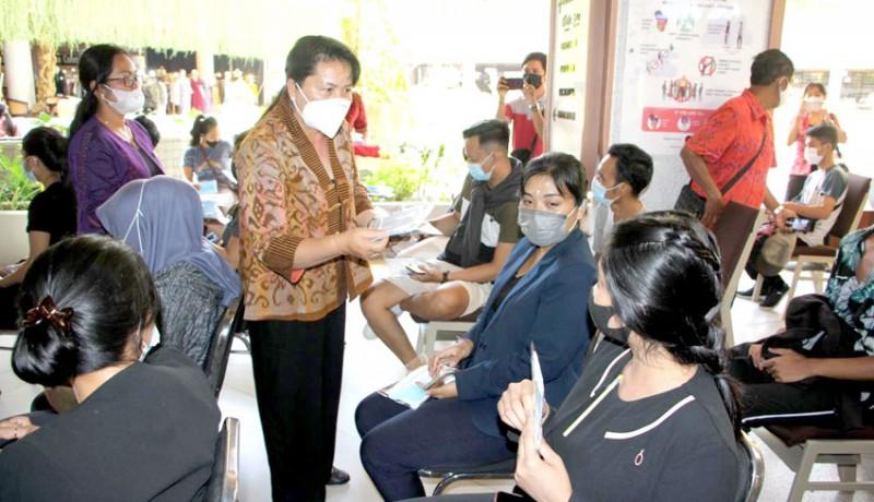 www.nusabali.com-ny-seniasih-giri-prasta-bagikan-masker-kepada-pelaku-usaha-dan-masyarakat-kuta