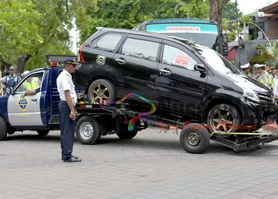 Nusabali.com - parkir-di-tikungan-1-unit-mobil-diderek