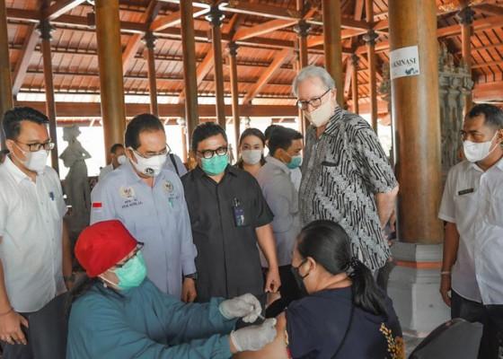 Nusabali.com - pelaku-pariwisata-dan-warga-desa-penyangga-the-nusa-dua-jalani-vaksinasi-covid-19
