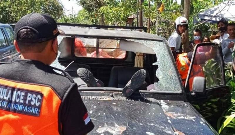 www.nusabali.com-lompat-ke-mobil-yang-melaju-kencang-pemuda-kritis