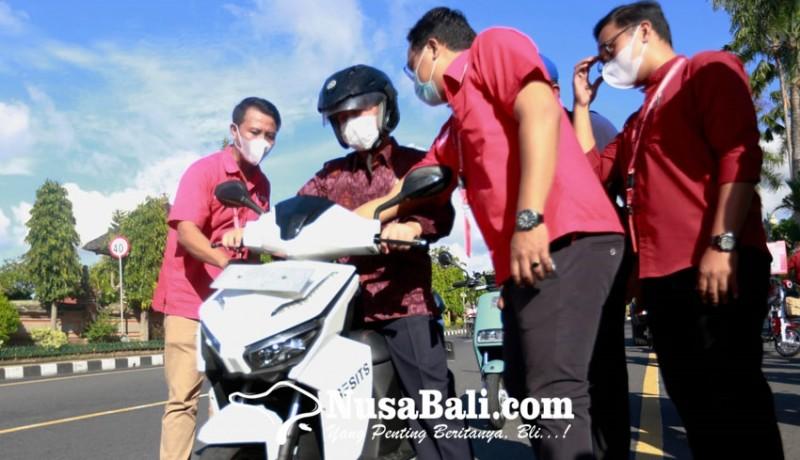 www.nusabali.com-bupati-suwirta-keliling-kota-naik-motor-listrik