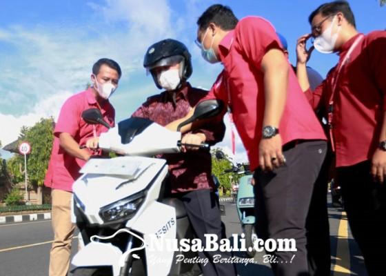 Nusabali.com - bupati-suwirta-keliling-kota-naik-motor-listrik