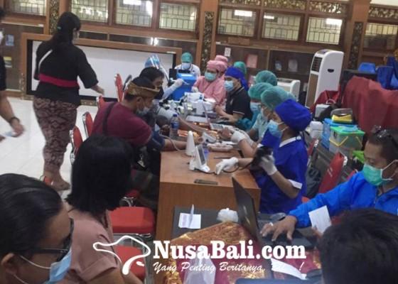 Nusabali.com - jelang-tampil-di-pkb-ratusan-seniman-ikuti-vaksinasi-covid-19
