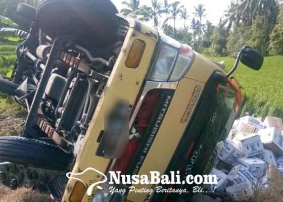 Nusabali.com - rem-blong-truk-muat-buah-nyungsep-ke-sawah
