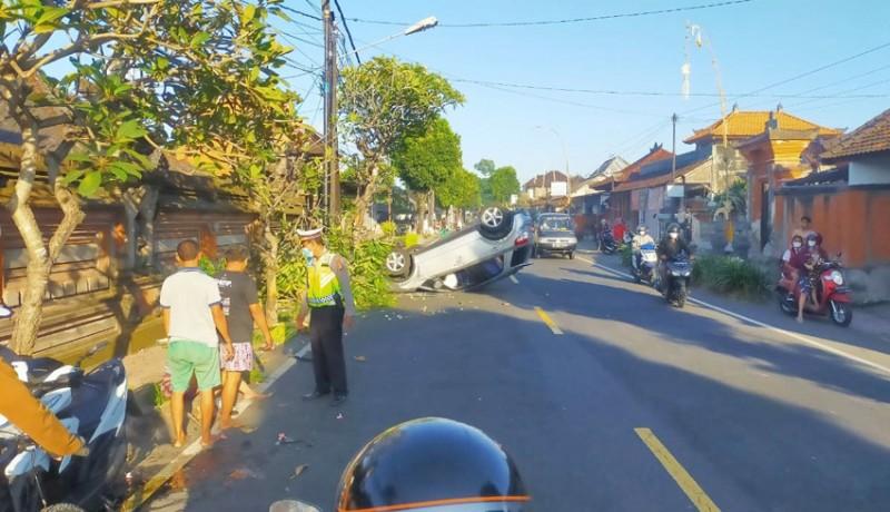 www.nusabali.com-tabrak-pantat-motor-mobil-terbalik-penumpang-selamat