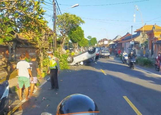 Nusabali.com - tabrak-pantat-motor-mobil-terbalik-penumpang-selamat