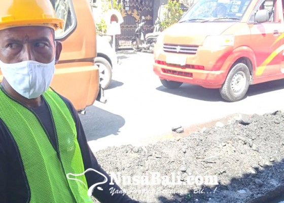 Nusabali.com - terdampak-pandemi-satpam-hotel-ikut-program-padat-karya-tunai
