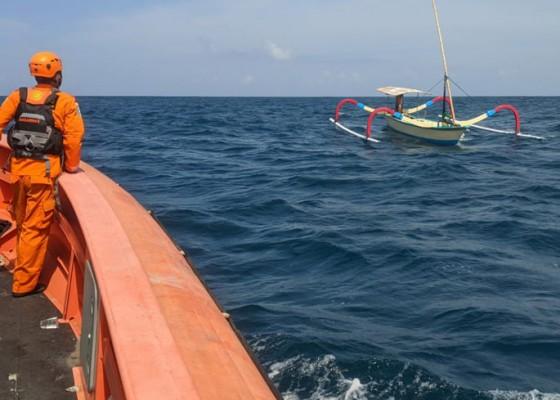 Nusabali.com - jatuh-dari-jukung-nelayan-hilang-di-perairan-nusa-dua