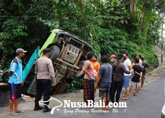 Nusabali.com - hindari-tabrakan-truk-dibanting-setir-hingga-terjungkal