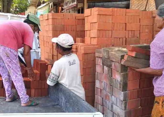 Nusabali.com - kerajinan-bata-tulikup-makin-krisis-bahan