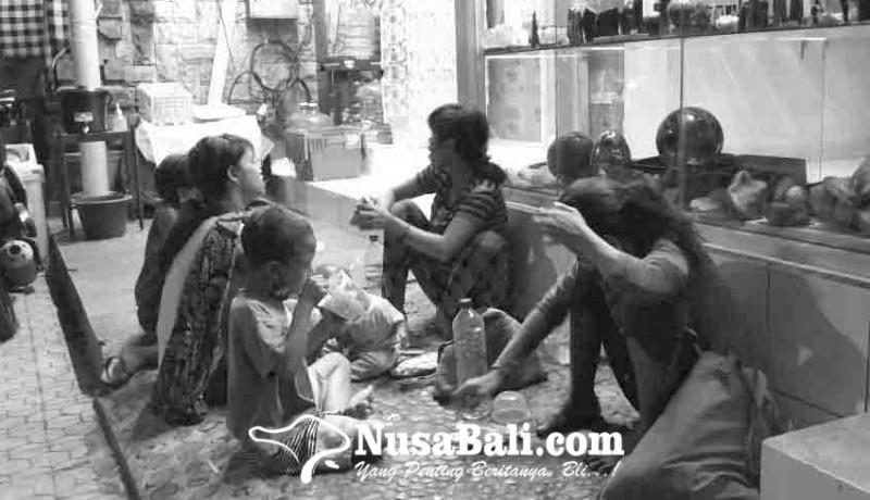 www.nusabali.com-pengemis-santap-malam-di-ubud