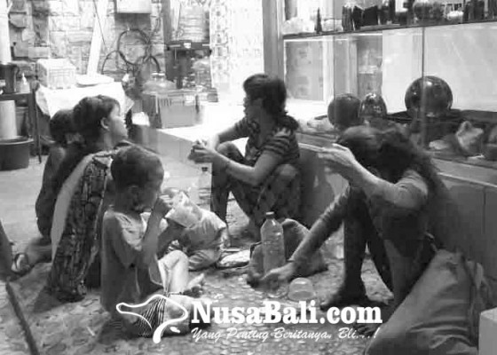 Nusabali.com - pengemis-santap-malam-di-ubud
