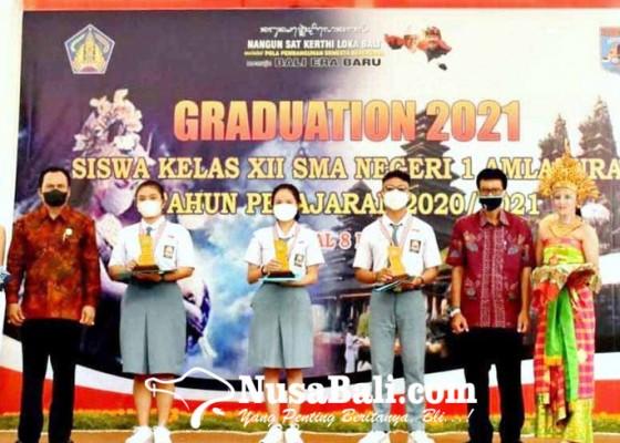 Nusabali.com - sman-1-amlapura-serahkan-skl-ke-siswa