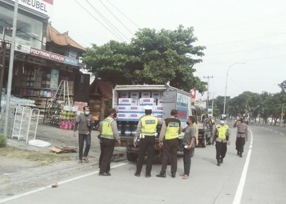 Nusabali.com - arus-balik-polisi-periksa-pengendara-masuk-gianyar