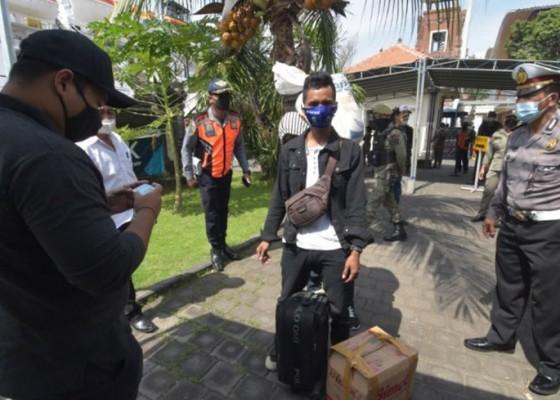 Nusabali.com - pemeriksaan-penumpang-kapal-di-pelabuhan-benoa-diperketat