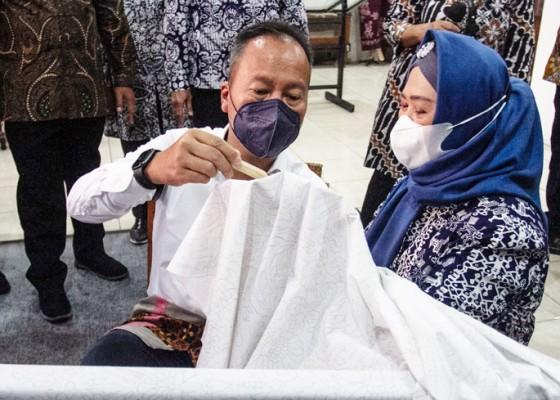Nusabali.com - menperin-resmikan-studio-pengembangan-batik-di-bbkb