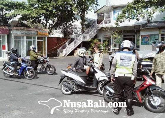 Nusabali.com - polsek-sukawati-sekat-kendaraan-yang-masuk-gianyar