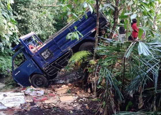 Nusabali.com - truk-jatuh-ke-jurang-tukad-tambling-2-tewas-1-selamat