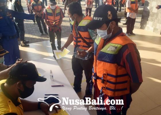 Nusabali.com - korban-dievakuasi-ke-pelabuhan-benoa-menggunakan-kapal-perang