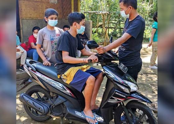 Nusabali.com - saudara-kandung-yatim-piatu-dapat-bantuan-motor
