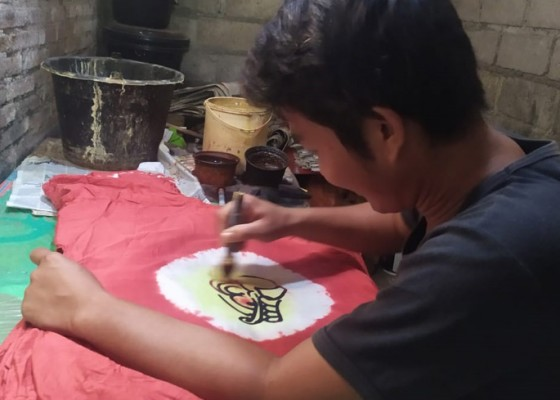 Nusabali.com - pandemi-produksi-baju-barong-tergantung-pesanan