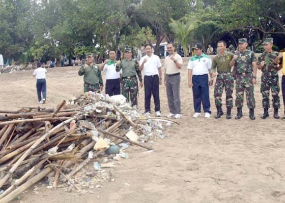Nusabali.com - tni-berjibaku-bersihkan-sampah-pantai-kuta