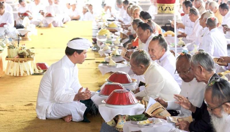 www.nusabali.com-sulinggih-ikuti-paruman-agung-dharma-ghosana