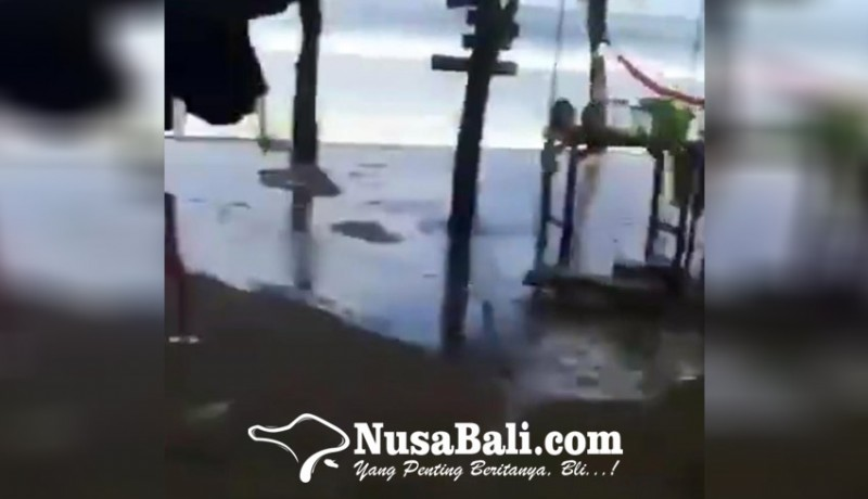 www.nusabali.com-gelombang-tinggi-air-laut-meluber-ke-jalan