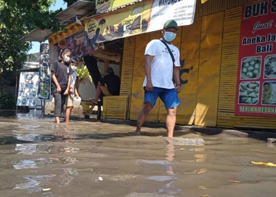 Nusabali.com - gelombang-pasang-area-parkir-kuliner-pantai-lebih-tergenang