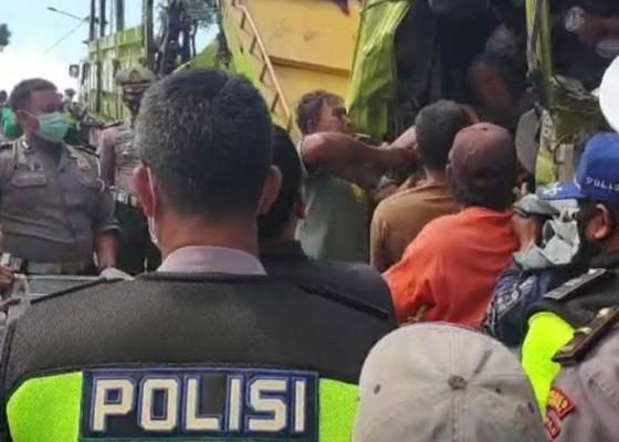Nusabali.com - supir-truk-tewas-tergencet-muatan-besi-20-ton