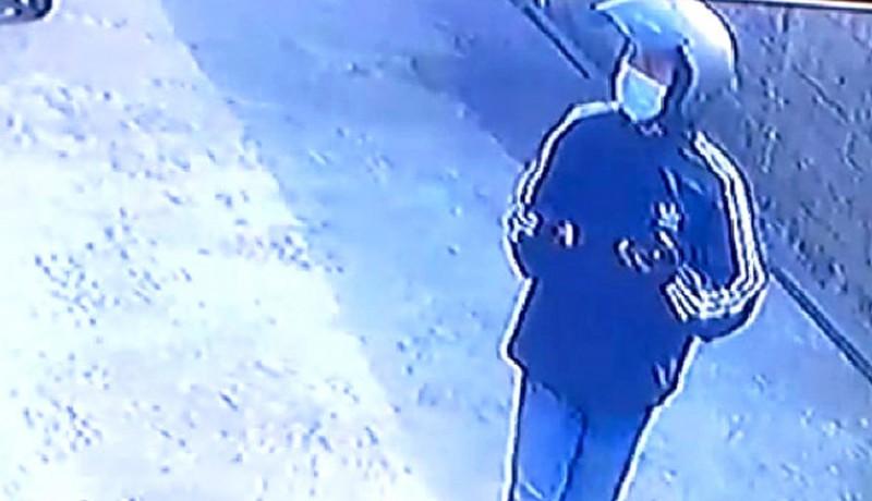 www.nusabali.com-viral-aksi-pencurian-celana-dalam-terekam-cctv