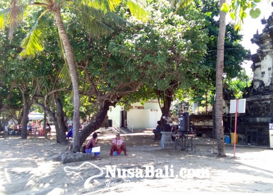 Nusabali.com - ombak-pantai-kuta-meluber-pedagang-dan-wisatawan-waspada