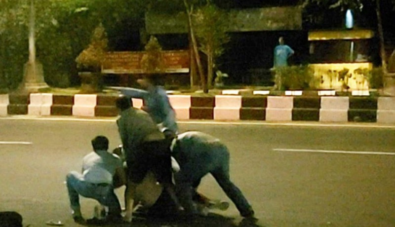 www.nusabali.com-dua-bule-pelaku-skimming-duel-lawan-polisi