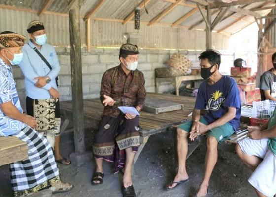 Nusabali.com - bupati-suwirta-bantu-kembalikan-blt-dana-desa-3-kk-miskin