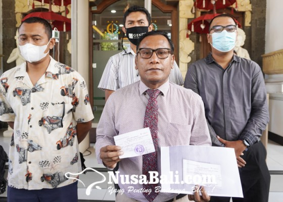 Nusabali.com - kuasa-hukum-jerinx-serahkan-uang-rp-10-juta-ke-kejaksaan-negeri-denpasar