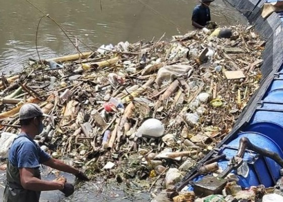 Nusabali.com - prihatin-sampah-di-sungai-sungai-watch-gencarkan-trash-barrier