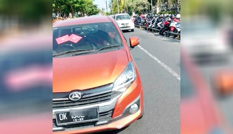 www.nusabali.com-mobil-parkir-sembarangan-timbulkan-kemacetan-di-kuta
