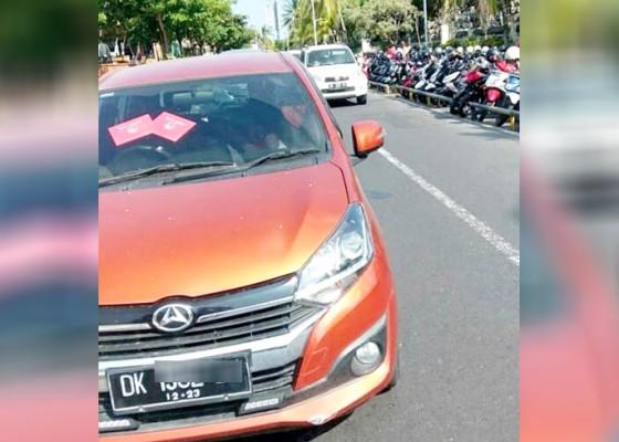 Nusabali.com - mobil-parkir-sembarangan-timbulkan-kemacetan-di-kuta