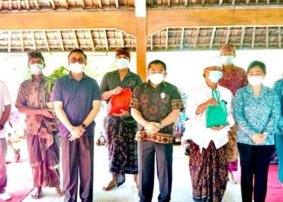 Nusabali.com - walikota-jaya-negara-serahkan-bantuan-pangan-dan-sembako-kepada-pekaseh-se-kota-denpasar