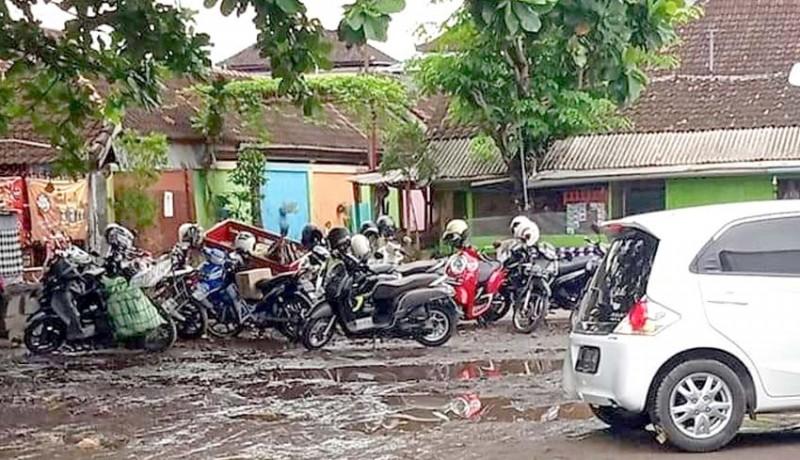 www.nusabali.com-becek-tiap-hujan-warga-keluhkan-areal-parkir-di-timur-pasar-inpres-negara