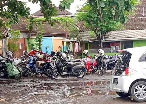 Nusabali.com - becek-tiap-hujan-warga-keluhkan-areal-parkir-di-timur-pasar-inpres-negara