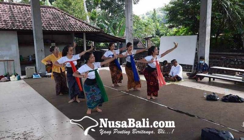 www.nusabali.com-karangasem-tampilkan-pagambuh-senior