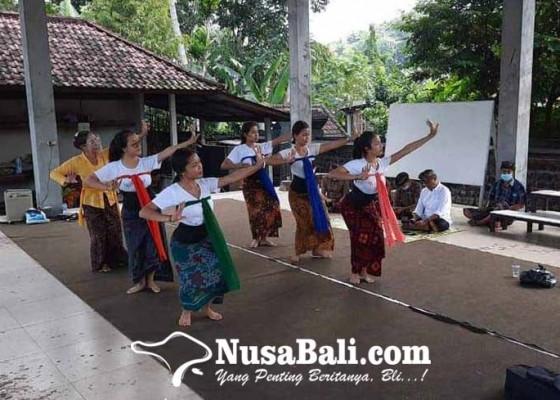 Nusabali.com - karangasem-tampilkan-pagambuh-senior